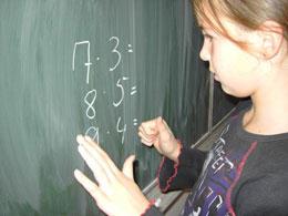 Ursachen für Dyskalkulie in der Mittelstufe liegen oft schon in der Grundschule: Illustration Grundschülerin