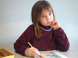 Illustration Förderdiagnostik Vorschule / Schulbeginn: Mädchen sitzt nachdenklich vor Ihrer Aufgabe