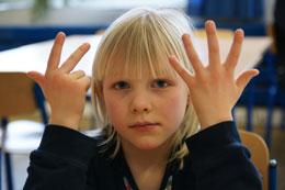 Illustration Fingerhilfe als Gedankenweg: Mädchen zählt mit Fingern