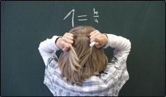 Illustration für Rechenschwäche: Kind steht an der Tafel und rechnet angestrengt.